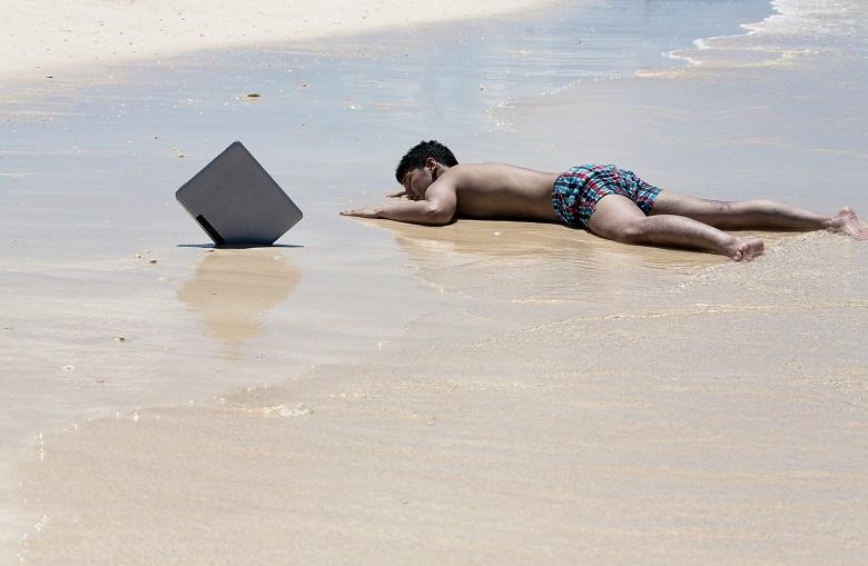 海で倒れる男性