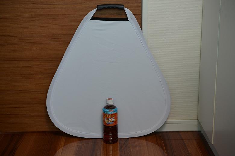 三角レフ板の大きさをペットボトルと比較