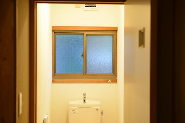 LED照明が明るすぎてまぶしいトイレ